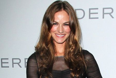 Kelly Overton, early life